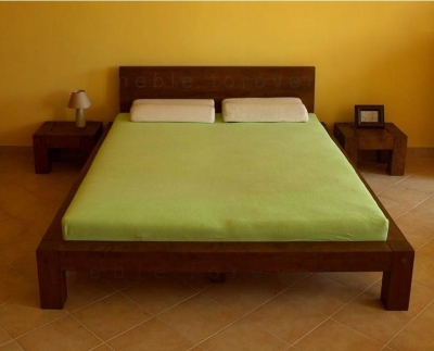 Masívna manzelska postel