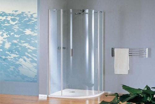 Rohovy sprchovaci kut s vanickou