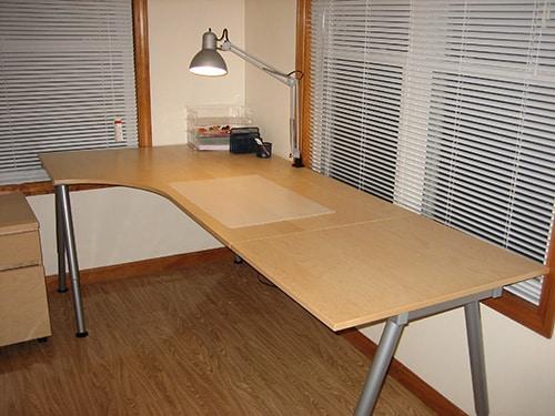 Rohovy vyskovo nastavitelny stol