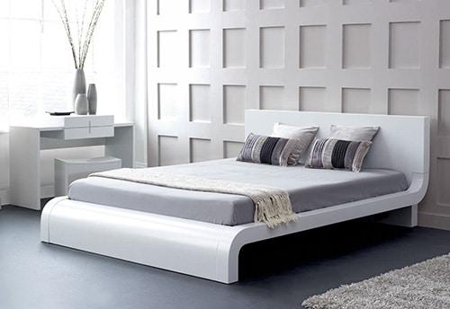 Moderná biela posteľ