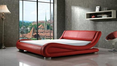 Červená kožená manželská posteľ