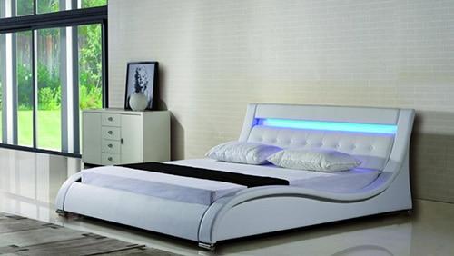 Moderná kožená posteľ s osvetlením