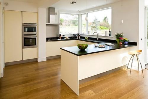 Moderná kuchyňa s drevenou podlahou