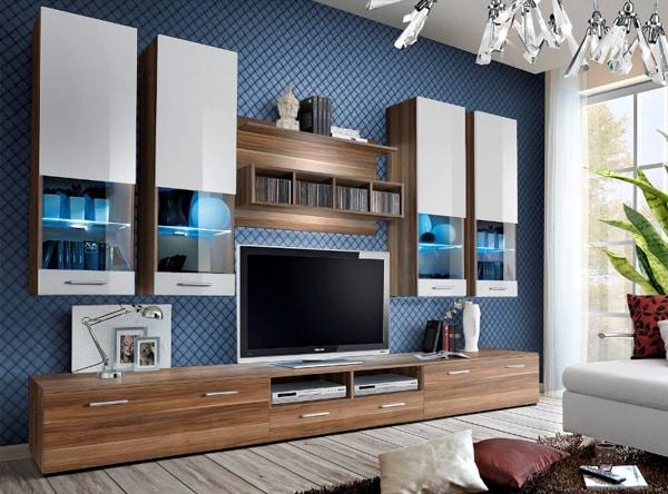 Široká obývacia stena s osvetlením