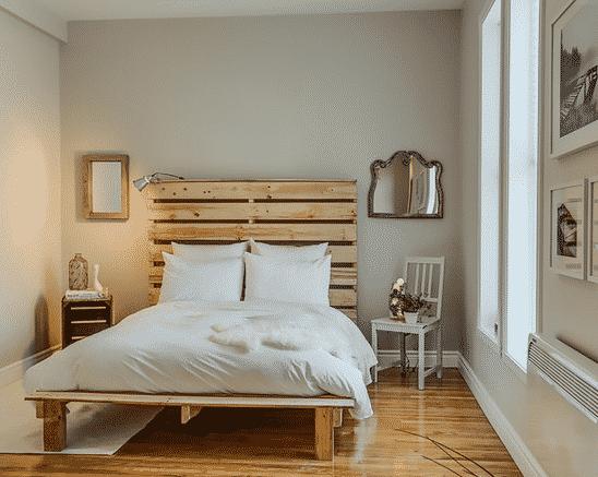 Moderná posteľ z paliet